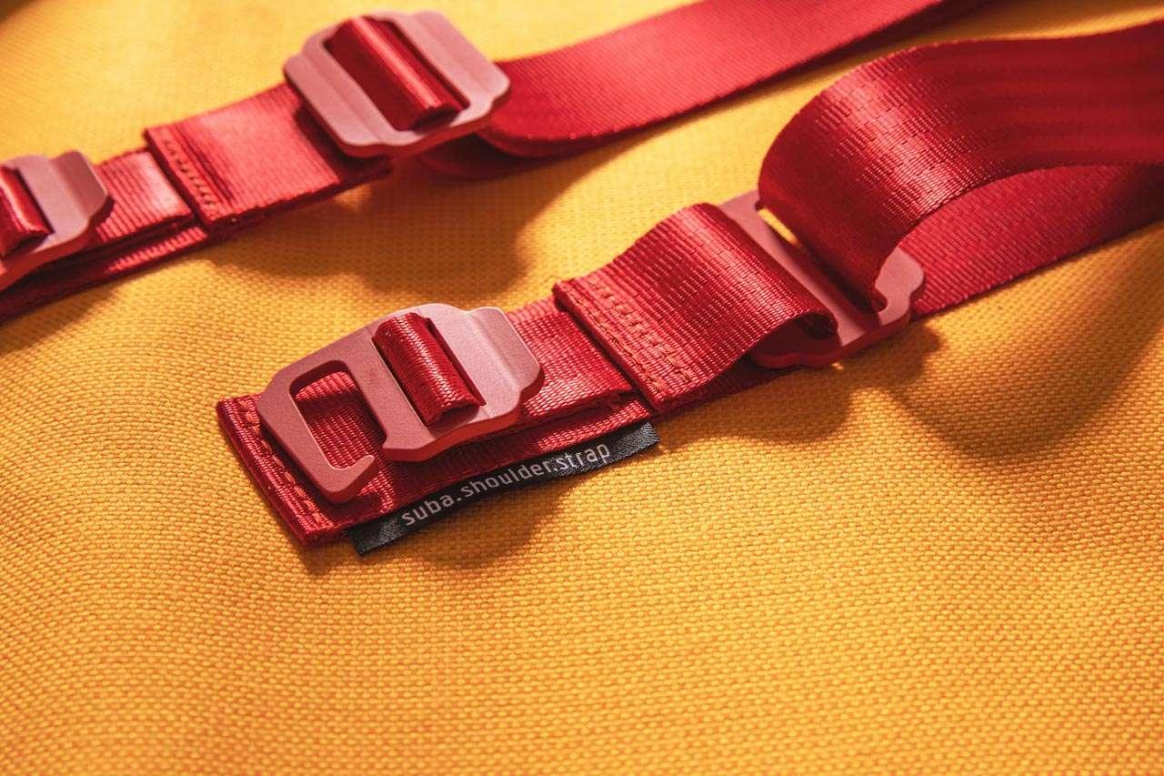 Detailfoto vom roten Schultergurt mit schönen Aluminiumhaken suba.shoulder.strap.red