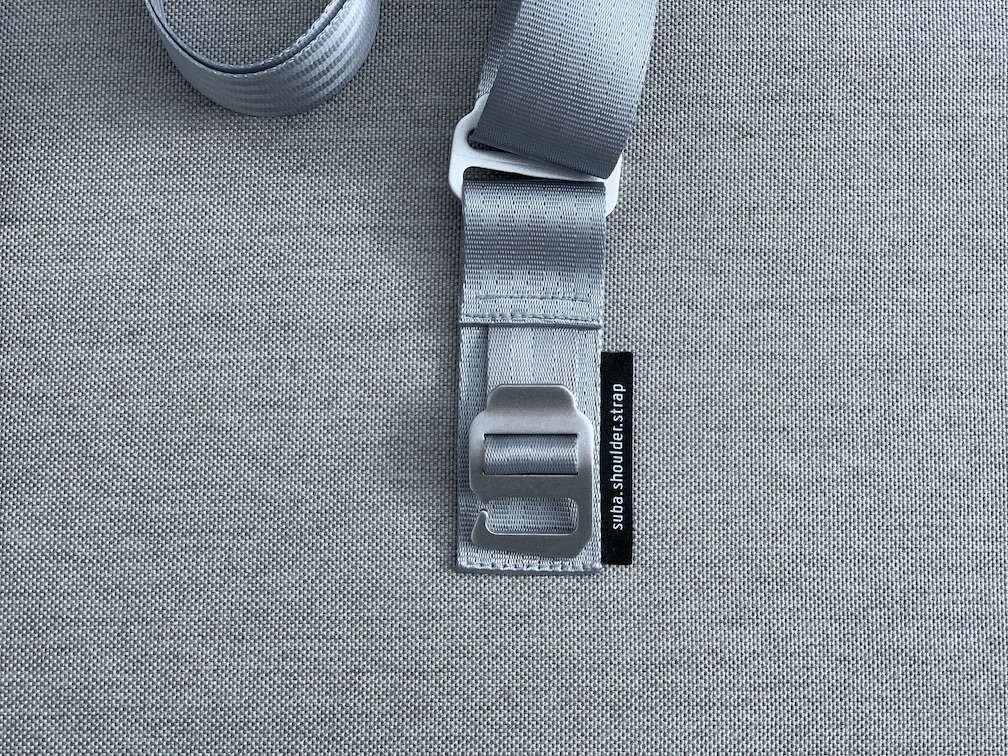suba.shoulder.strap.silvergrey Detail des Aluminiumhakens