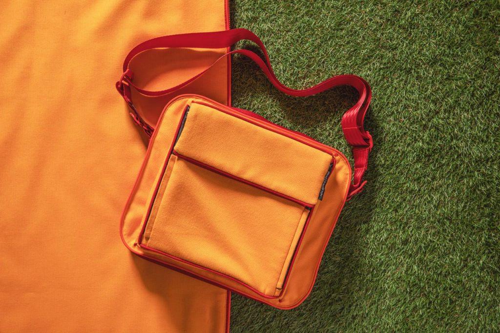 Roter Schultergurt an einer gelben Tischchentasche suba.shoulder.strap.red suba.littlebutler.shuttle.yellow
