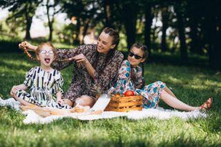 Familienfrühstück auf der Picknickdecke