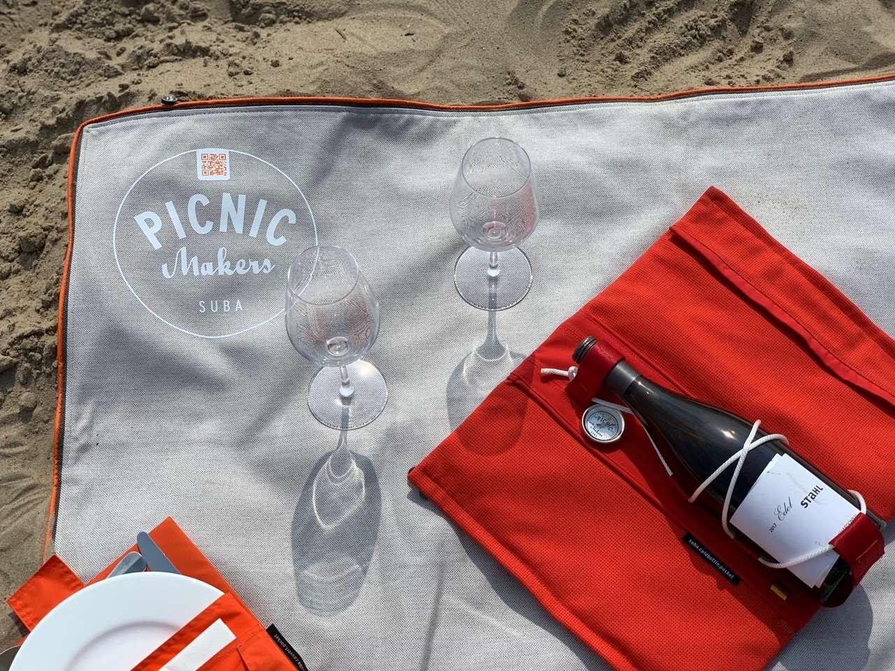 Picknickdecke suba.centralpark am Strand von Kampen auf Sylt mit Weingläsern und Weinkühler suba.coldbottle.pocket