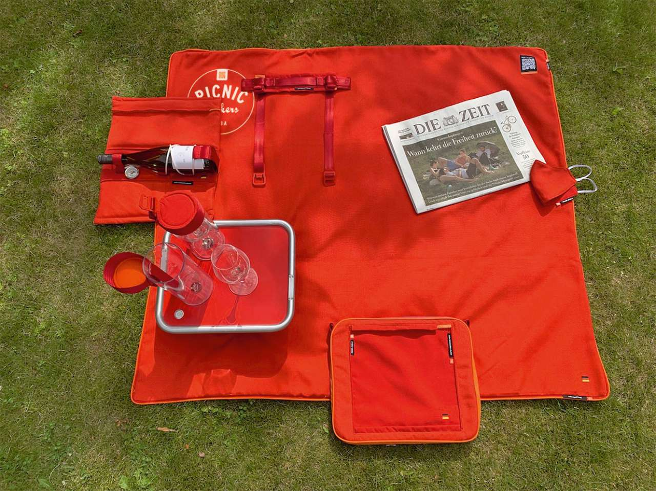 suba nice and smart picnic combination with suba.littlebutler table, winecooler suba.coldbottle and the blanket suba.squarepark.red