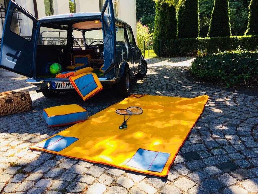 Alter Mini Kombi mit Picknick-Decken und Kissen