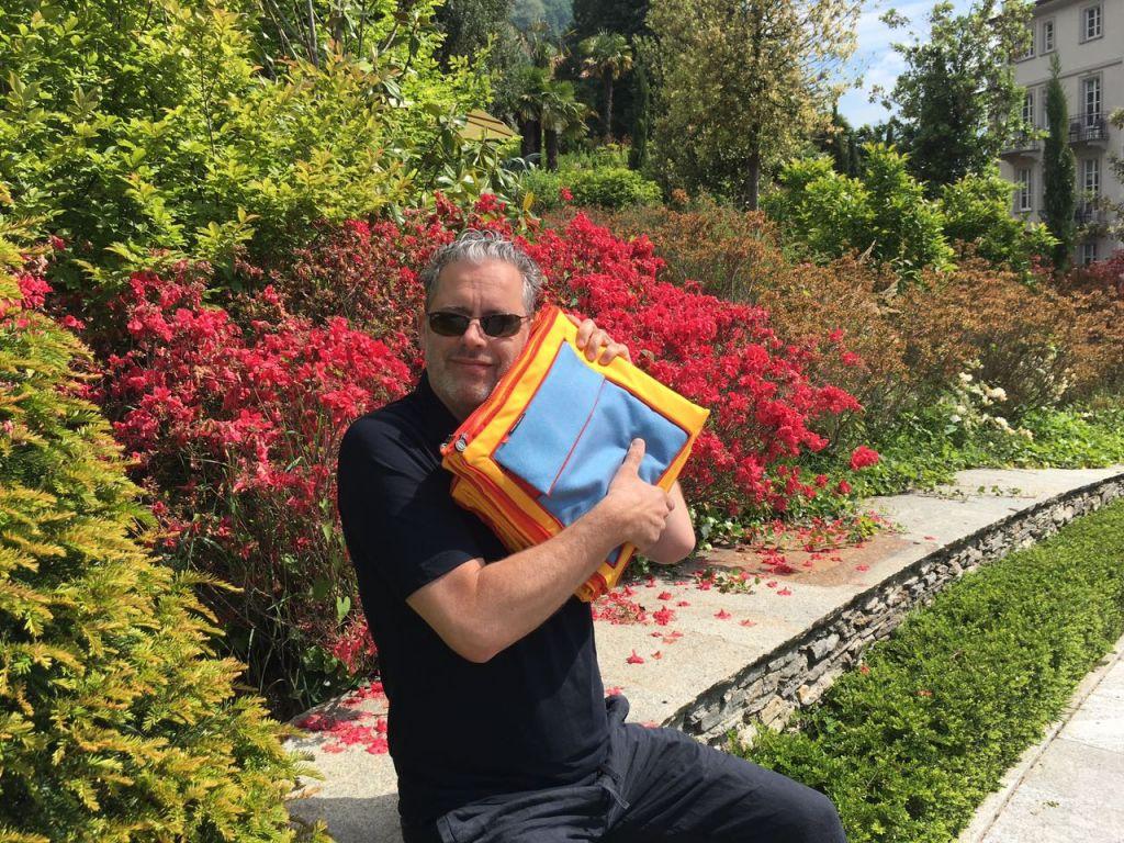 SUBA Stephan Subasic mit gefalteter Picknickdecke in Italien